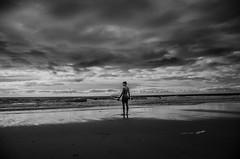 Océan (PaxaMik) Tags: ocean silhouette clouds surf noir noiretblanc horizon nuages skimboard océan soulac gironde n§b