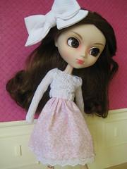 (Karine'S HCF (Handmade Clothing & Furniture)) Tags: flores scale lazo rojo dress sweet handmade skirt mano pullip blythe 16 brunette diorama vestido dulce hecho falda escala
