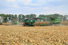 Corn Harvest 2016 | JOHN DEERE // ELMER'S (martin_king.photo) Tags: cornharvest2016 corn harvest 2016 john deere johndeere johndeeres690i tracks johndeere616c16rowcornheaders jd616c johndeere8370rt elmersmanufacturing 1600bushelhaulmaster elmes manufacturing haulmaster graincart grain cart ctf controlledtrafficfarming beltconveyor field season havest2016 martin king photo agriculture machinery machines tschechische republik weather powerfull martinkingphoto green mais maize huge big strong machine modernagriculture agricultural blue fields sky clouds work working autumn greatday great landscape cornfield schlepper landtechnik landwirt landwirtschaft cabin trees biggest