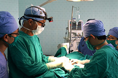 "Dr. Yuri Reinberg teaching a Vietnamese surgeon • <a style=""font-size:0.8em;"" href=""http://www.flickr.com/photos/109076046@N08/30041184862/"" target=""_blank"">View on Flickr</a>"