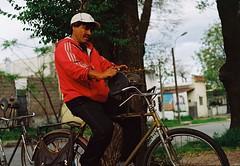 Mi abuelo decía ... (Javalactico) Tags: barrios afilador bicicleta rollo pelicula oficios film montevideo recuerdos street memories retro praktica supertl1000 proimage100