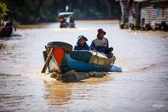 Habitants naviguant sur les rives du Tonl Sap (Aurlie Jouanigot) Tags: lac tonlsap pilotis floatingvillage people cambodge villageflottant lake maison northouest cambodia tonlsap