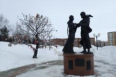 qui a décoré cet arbre? (8pl) Tags: neige glace hiver statue arbre parc décorations нефтеюганск sibérie russie socle piédestal
