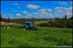 Fauche de luzerne (29.Nord Photos) Tags: blue tractor canon eos brittany traktor d bretagne breizh bleu 94 600 mower 29 tracteur breton luzerne alfalfa lucern finistre deutz faucheuse lindner fahr geotrac conditionneuse