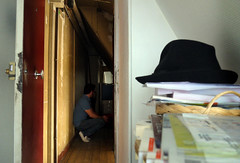 Autoportrait sur le seuil — Paris, 7 août 2014 (Stéphane Bily) Tags: door selfportrait man paris me hat myself autoportrait corridor moi porte je couloir homme selfie selbstbildnis i accroupi châpeau stéphanebily