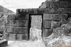 PERU - 18 (Ismael I) Tags: blackandwhite blancoynegro peru america puerta entrada machupicchu montaa aventura sudamerica piedra restosarqueologicos interesturistico ciudadelainca
