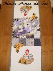 Trilho de Mesa Galinha no Ninho (Atelier Mimos da Fau) Tags: galinha quilt patchwork aplicao bordadoamo caminhodemesa trilhodemesa patchapliqu