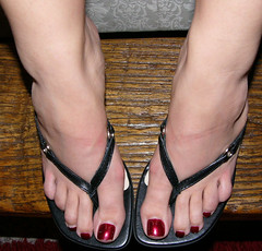 biba50 (J.Saenz) Tags: feet foot pies fetichismo podolatras pieds mujer woman dedo toe pedicure nail ua polish esmalte pintada toenail zapatos shoes tacones heels tacos tacchi schuh scarpe shoefetish shoeplay mules slides slippers thongs sandals sandalias