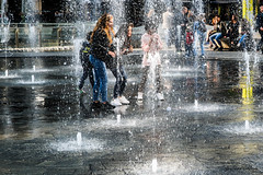 La fontaine - Milano. (Bouhsina Photography) Tags: fontaine filles enfants milan milano italy italie water bouhsina bouhsinaphotogrphy canon 5diii ef2470 couleur color jeu game wow brilliant