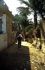 Ägypten 1999 (494) Theben-West: Neu-Gurna (Rüdiger Stehn) Tags: afrika ägypten egypt nordafrika 1999 winter urlaub dia analogfilm scan slide 1990er 1990s oberägypten südägypten aṣṣaʿīd diapositivfilm analog kbfilm kleinbild canoscan8800f canoneos500n 35mm misr مصر neugurna dorf menschen leute bauwerk profanbau strase gassen reise reisefoto gebäude