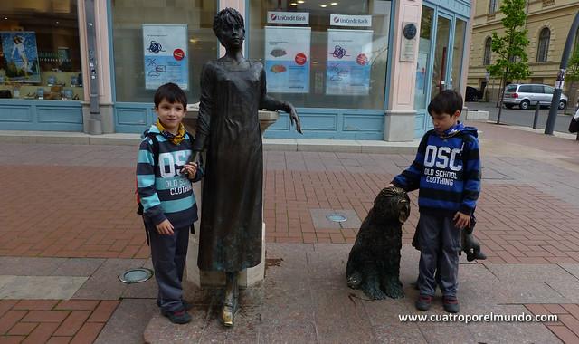 Posando con unas estatuas callejeras