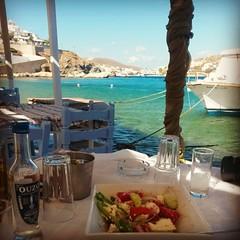 Με τα ποδια μεσα στη θάλασσα   #Greece #syros #Seaview #ouzo #food #salad #greekway