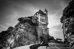 AU BORD DE L'OCEAN (Rober1000x) Tags: longexposure summer cliff france beach architecture arquitectura europa europe historic francia biarritz 2014 aquitania villabelza