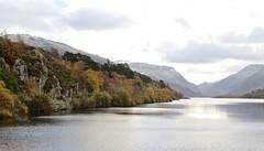 6016 Autumn colour beside Llyn Padarn (Andy - Busyyyyyyyyy) Tags: 20161118 autumncolour lake lll llynpadarn mmm mountain snow sss water www
