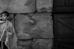 Hyppolite na Disney (faneitzke) Tags: disney portfolio disneyland waltdisneyworld eurodisney paris pars france frana francia ledefrance seineetmarne chessy marnelavalle disneylandparis eurodisneyresort disneylandpark pretoebranco pb bw blackwhite blackandwhite noiretblanc criana crianas child children menino boy expression retrato portrait people gente gens pessoas pessoa personas adventureland indianajonesetletempledupril indianajonesandthetempleofperil canon canont5 canont5eos1200d textura texture travel trip traveling travelling traveller traveler rotary rotaryyouthexchange rye ryep intercmbio studentexchangeprogram exchangestudent sombra shadow sombras shadows ombre regradosteros ruleofthirds linha lines ligne line autumn outono monocromtico monochromatic