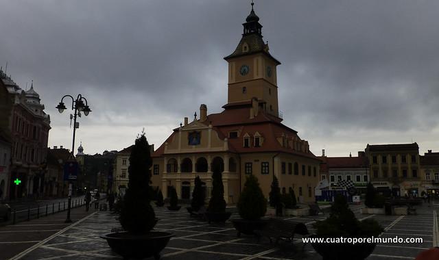 Antiguo ayuntamiento de Brasov en la plaza Esfatului