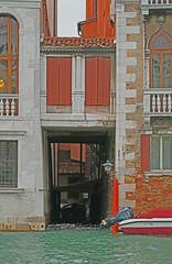 Le passage. (caramoul25) Tags: venice windows passage venise venezia volets fentres caramoul