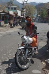 immer erreichbar. (Hel*n) Tags: india modern cellphone motorbike busy mobilephone indien sadhu rishikesh motorrad uttarakhand sdhu