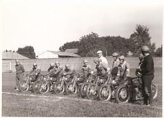 27-piloti-del-m.c.c.-al-via-per-una-partita-di-pallone-nel-velodromo-di-crema---1955