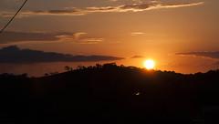 Pôr-do-sol em Caxambu (Centim) Tags: sol brasil nikon foto br interior paisagem céu mg pôrdosol fotografia montanha crepúsculo d90 caxambumg crepúsculovespertino continentesulamericano