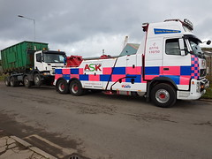 Volvo FH13 Recovering 8 Wheeler Skip Lorry (JAMES2039) Tags: volvo tow towtruck truck lorry wrecker heavy underlift heavyunderlift 8wheeler 6wheeler frontsuspend tipper scania cardiff rescue breakdown ask askrecovery recovery fh13 pn09juc pn09 juc p340 skip skiploader rollonrolloff docks cardiffdock