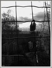 Libert (L65) Tags: toureiffel eiffeltower paris noiretblanc noirblanc blackandwhite cadenas toit libert