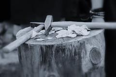 hammer&petals (Martin Hartwig) Tags: monochrom monochrome hammer petals bltenbltter rosen rose wood holz sw bw monoton focus fokus hochzeit wedding tradition traditional traditionell