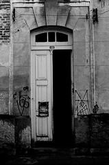 antes de entrar (Bruno Nogueirão) Tags: door street streetphotography streetphotographer rua fotografiaderua fotografiadocumental pb pretoebranco blackandwhite bw sp sampa sãopaulo vilamariazélia zl zonaleste cidade cityscape pentaxkm pentax analógica analogic analog contrast 50mm 35mmfilm filme filmisnotdead queimandoofilme