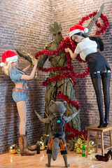 """Groot, what are you doing?!??"" (edwicks_toybox) Tags: 16scale christmas cowboyboots cowgirl femaleactionfigure groot hottoys phicen rocket rocketraccoon santahat sexylibrarian stormytempest vanhelsing"