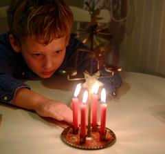 Nyfiken på ljus (DanielSvensson) Tags: fotosöndag fs161218 stearinljus änglaspel