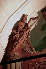Haringe, Poperinge, West-Vlaanderen, St.-Martinuskerk, organ, hoofdwerk, detail (groenling) Tags: wood david statue king belgium belgi carving case organ westvlaanderen be crown harp poperinge hout woodcarving orgel beeld kast flanders koning hoofdwerk stmartinuskerk haringe roesbrugge mmiia orgelkast
