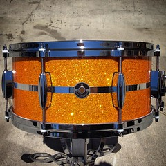 6.5X14 gold glass glitter with polished aluminum center strip. 10 ply maple shell, 8 lug for wider tuning range, die cast hoops for some added bite. What a great sounding snare! #qdrumco #maple #snare