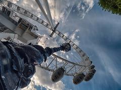 London Eye (Mad Blike) Tags: panasonic panasonicgx8 panasoniclumix olympusm714mmf28 grandangle wideangle londres london europe londoneye granderoue ferriswheel contreplonge lowangleshot rverbre streetlamp nuages clouds