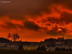 Sunset in Gumpertsreuth (GerWi) Tags: sonnenuntergang sunset himmel sky outdoor landschaft landscape clouds sun sonne trees bume forest abend wolke heiter skyline dmmerung architektur stadt berg feld