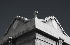 † (LÚCIANO) Tags: tumbas mausoleo cruz cementerio cemento cielo arquitectura