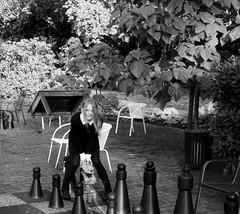 IMG_8881_Fotor04 (Ela's Zeichnungen und Fotografie) Tags: hannover congresszentrum stadt stadtpark landschaft natur herbst laub blätter bäume sonnenlicht person frau schach spiel schwarzweiss