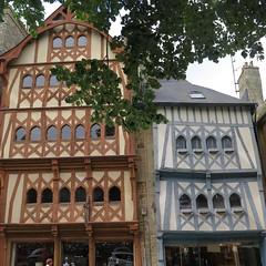 O ai-je vu ces maisons ? A Guingamp (Ctes d'Armor) (Sokleine) Tags: maisons houses colombages guingamp bretagne brittany ctesdarmor maisonscolombages halftimberedhouses heritage france