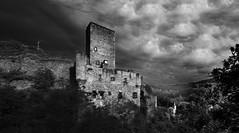 Belcastel N/B (elenas_1) Tags: belcastel aveyron sudouest france château panorama ciel nuages bâtiment architecture villagemédiéval voyage tourisme nb monochrome