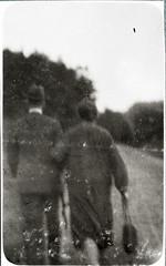 Archiv Chr052 Sich bewegende Personen im  Bild festgehalten, 1920er (Hans-Michael Tappen) Tags: archivhansmichaeltappen handtasche schirm mann frau groseltern kleidung 1920s 1920er