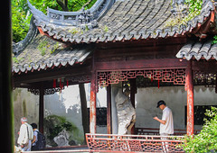 Shangha. YuYuan Garden. Corridor. (henrye72) Tags: voyage china architecture corridor streetlife jardins chine yuyuangarden toiture shangha charpente tuiles visiteurs menuiserie viequotidienne 2013 pierredresse