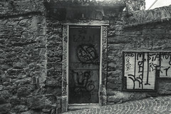 Dare (K.rar) Tags: door italy white black dark grey gris noir darkness tag tags sombre porte blanc italie trieste glauque
