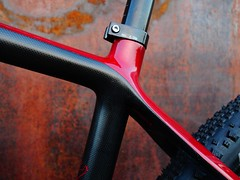 Konstructive_IOLITE_XX1_MTB_Ruby_Red_seattube_left