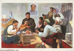 Liberated serfs welcome a relative (chineseposters.net) Tags: china poster chinese propaganda 1977 maoportrait interior peasant family apple thermos huaguofeng  radio grain