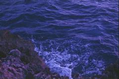 Azzurra window, Gozo, august 2014 (Tefilo de Sales) Tags: malta island sky sea meditarrean gozo clouds blue film fuji fujifilm fujixtra400 nikkormatel nikkormat nikon nikkor analog analogic 50mm 35mm expired erasmus trip azzurra azzurrawindow window cliff rock foam