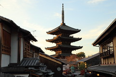 The five-storied pagoda and old town (Teruhide Tomori) Tags: alley street kyoto gion town higashiyama japon japan temple house wooden architecture construction building hokanji           machiya   roof rooftile afternoon evening