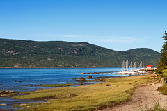 L'Anse Saint Jean - Fjord du Saguenay (Québec, Canada) (Andrea Moscato) Tags: andreamoscato canada america nature natura naturale national np nationalpark paesaggio parco park landscape fiume river water acqua freshwater boat house hill mountain green grass blue sky tree view vista vivid day light fiordo