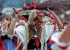 Imst, Hexe (siegele) Tags: fastnacht fasnacht fasching karneval carnevale carnaval scheller roller kehrer spritzer sackner bären hexen sänger bärenkampf imst schemenlaufen labara kübelmaje vogelhändler kaminer ruasler ausrufer korbwaible laggescheller laggeroller tirol österreich altfrankspritzer hexenmusik hexenmusig