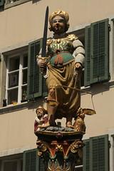 Gerechtigkeitsbrunnen mit der Figur der Justitia mit verbundenen Augen ( Brunnen - Fontain - Baujahr 1561 ) in der Altstadt - Stadt Solothurn ( Soleure - Soletta ) im Kanton Solothurn der Schweiz (chrchr_75) Tags: city fountain juni by de schweiz switzerland la justice suisse suiza swiss brunnen skulptur ciudad stadt sua augen christoph  svizzera fontana fontaine justitia ville solothurn soleure stad figur sveits citt sankt sviss 2014 zwitserland sveitsi suissa  1406 brunnenfigur gerechtigkeitsbrunnen chrigu szwajcaria kantonsolothurn  barockstadt kantonbern schnste soletta chrchr soloturn ursen hurni chrchr75 chriguhurni  stadtsolothurn salodurum chriguhurnibluemailch albumstadtsolothurn juni2014 hurni140607 verbundenen albumregionsolothurnhochformat albumbrunnengerechtigkeitsbrunnen albumbrunnenderschweiz albumbrunnenmitbrunnenfigurinderschweiz