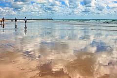 Caminhadas na praia... (Zéza Lemos) Tags: sunset sol praia portugal water água canon mar tramonto barcos natureza natur céu nuvens algarve capture reflexos vilamoura ondas puestadelsol pordesol