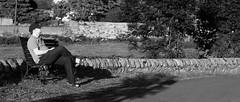 Le pote sur un banc tranquille au Gaudet (Rwan ncy) Tags: bw monochrome 50mm gg noir pentax f14 nb banc chinon k10d focalefixe